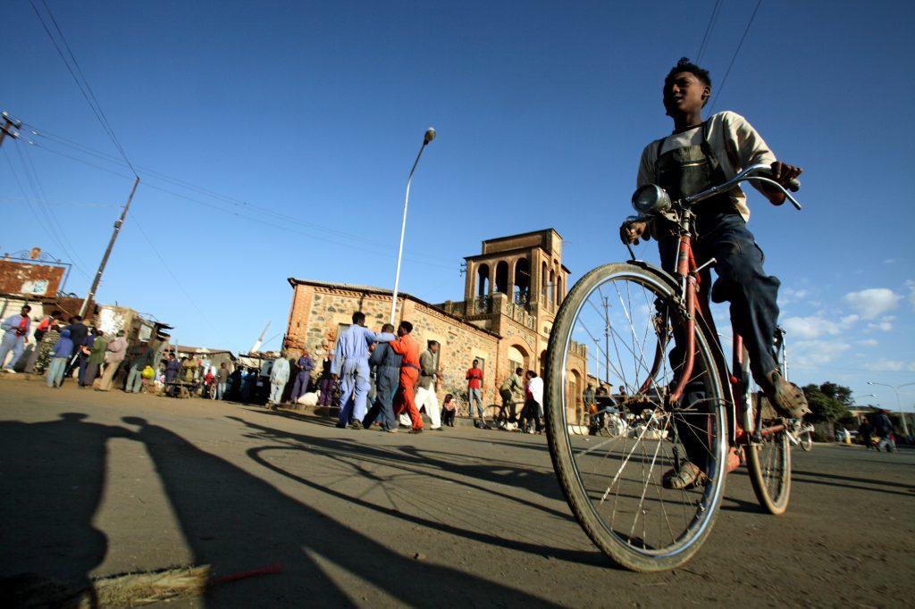 ©Bruno Zanzottera, Parallelozero, Eritrea, Asmara, davanti al vecchio Caravanserraglio