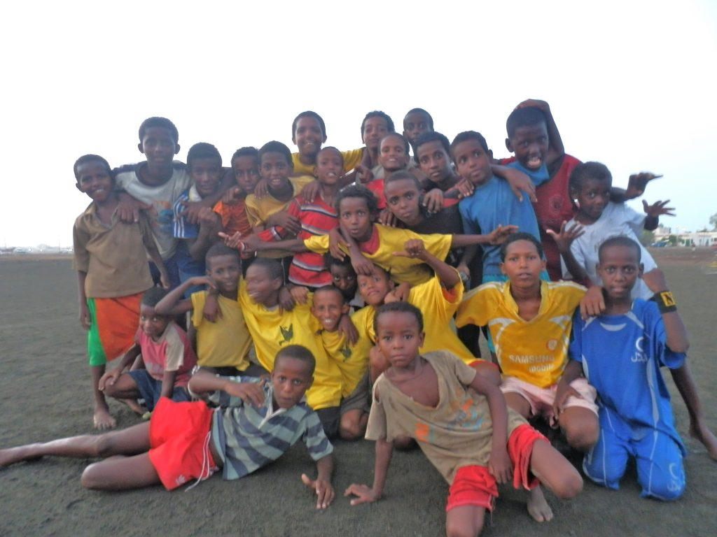 foto di EritreaLive, Massawa, fotoricordo dopo una partita di calcio bordo mare